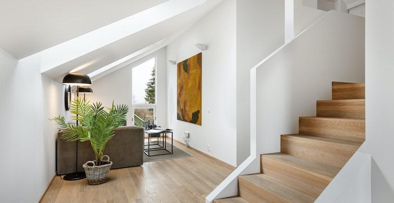 Ekstra oppholdssone med romslig loftstue slik at barn og voksne kan ha hver sin stue