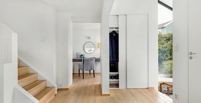 Innvendige gulv består i hovedsak av heltre parkett av eik