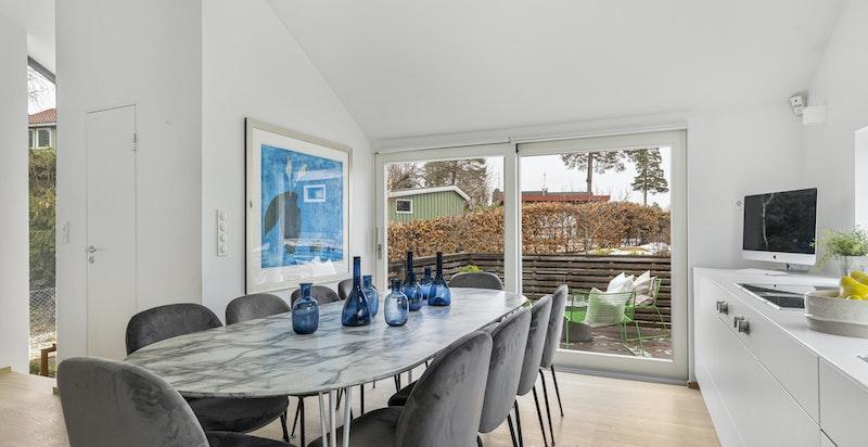 Stor spiseplass på kjøkkenet med god plass til spisebord. Velegnet for både hverdagsmiddag og lekselesing
