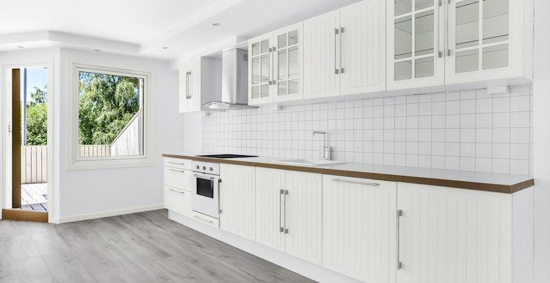 Kjøkkenet er utstyrt med rustfri vask, ett greps blandebatteri, fliser over benk og integrerte hvitevarer.