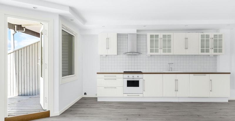 Pent kjøkken med hvite fronter kombinert med laminat benkeplate.