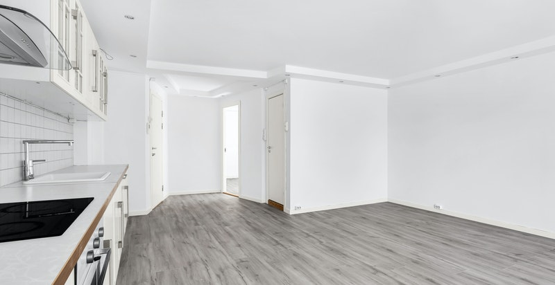Stuen har plass til sofamøblement og spisebord.