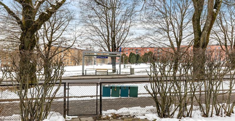 Eiendommen ligger i et barnevennlig, rolig og sentralt boligområde på Teisen i Oslo med kort avstand til butikker, offentlig transport, skoler og barnehager.