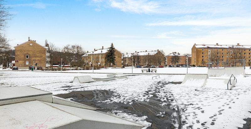 Nærområdet byr på store, opplyste grøntområder med asfalterte gangstier og sittebenker. I tillegg er det kort gange til skatepark og stor kunstgressbane.