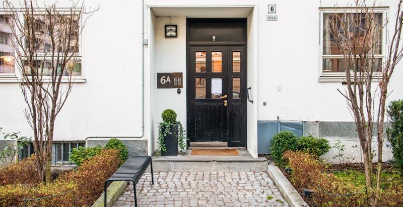 Inngangsparti - velholdt og solid boliggård med heis