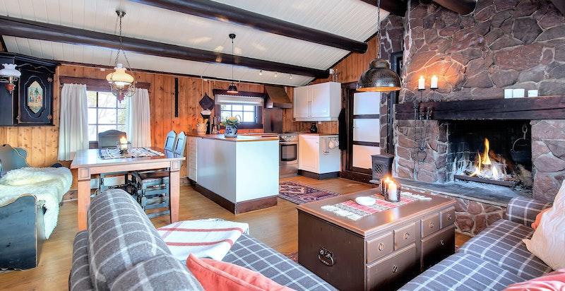 Stor stue med åpen kjøkkenløsning