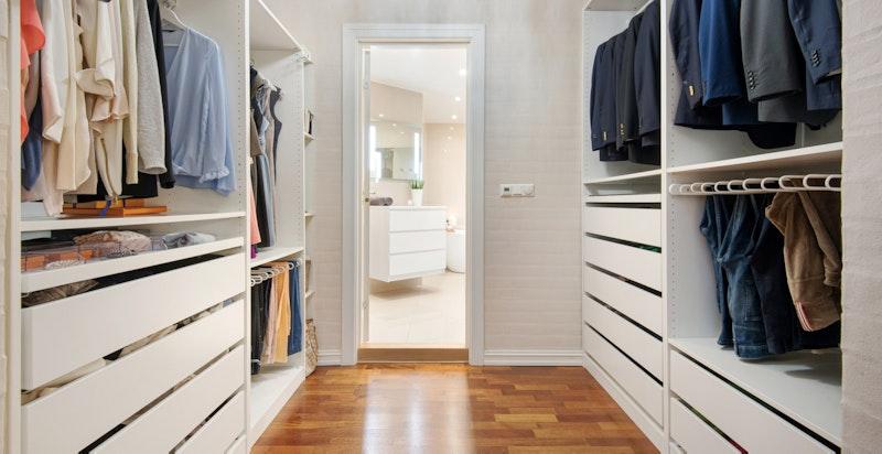 Walk-in garderobe i tilknytning til hovedsoverommet i 1. etasje