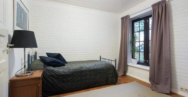 Soverom 4 i u. etasjen med gode lysforhold (tilrettelagt for kjøkken med vann/avløp)