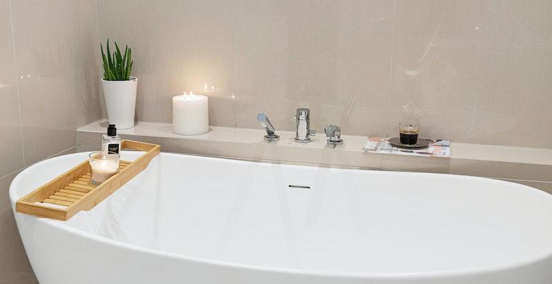 Badekar på badet i 1. etasje