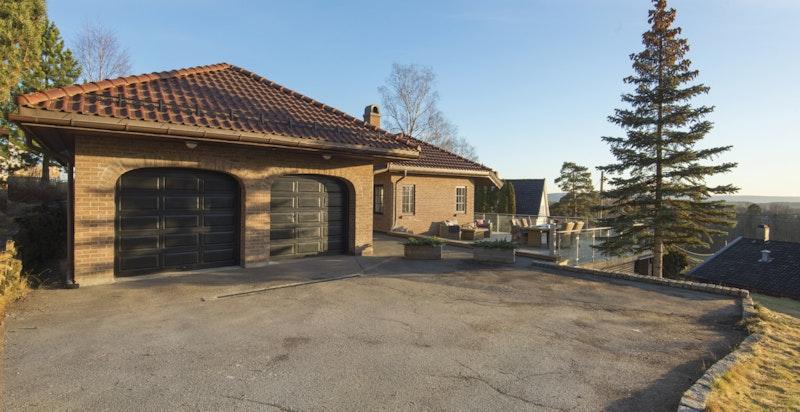Dobbel garasje med innvendig inngang til boligen fra garasjen