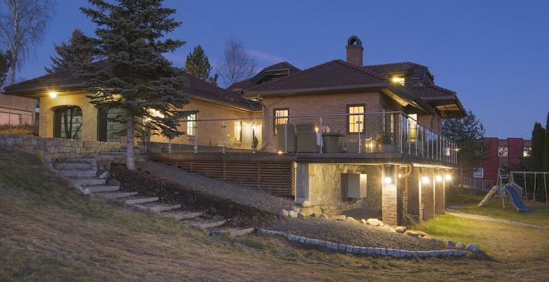Villaen er tegnet av arkitekt Finn Sandmæl - oppført i 1994