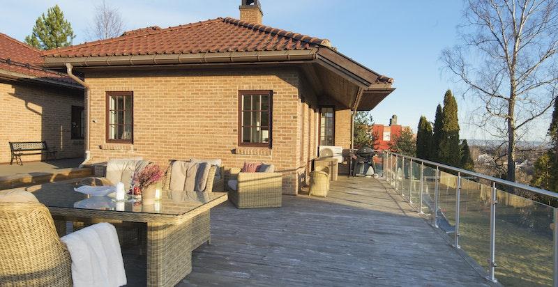 Stor terrasse med gode solforhold og flott utsikt