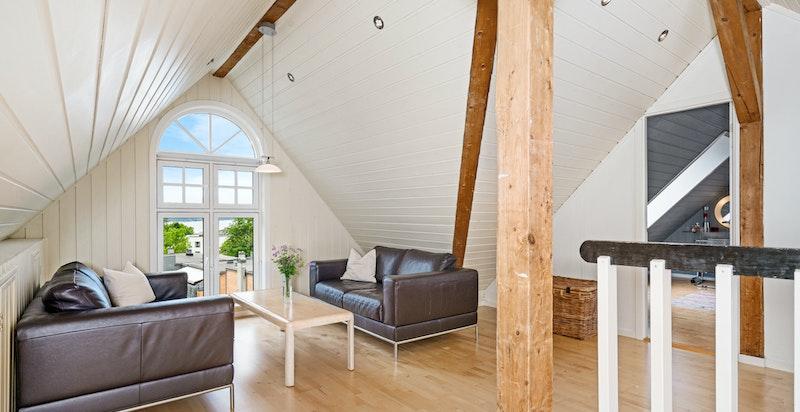 Stue i loftsetasje med meget god utsikt