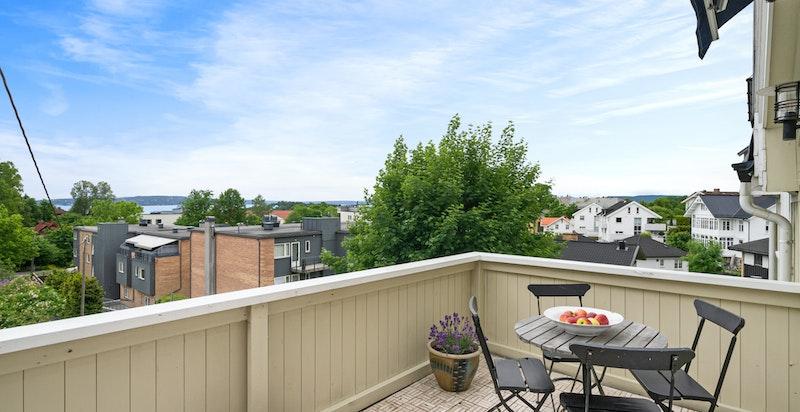 Utgang balkong med meget flott utsikt og gode solforhold