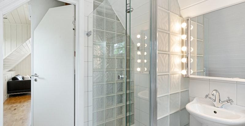 Både badekar og dusj på lofts-badet. Mange stilriktige detaljer.