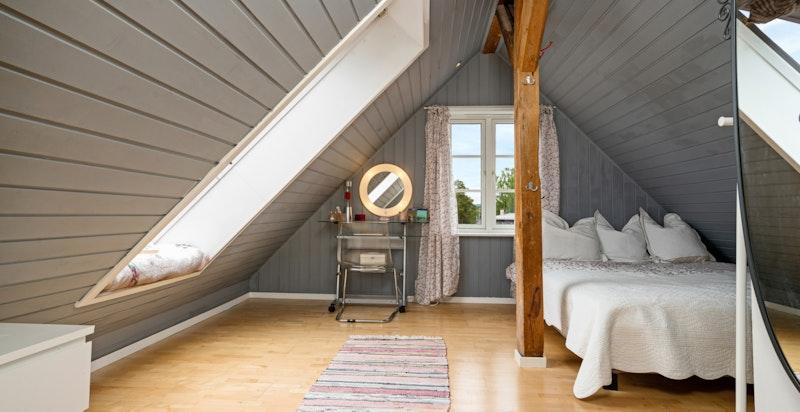 Stort soverom 3 i loftsetasjen med flott utsikt og to gode vinduer