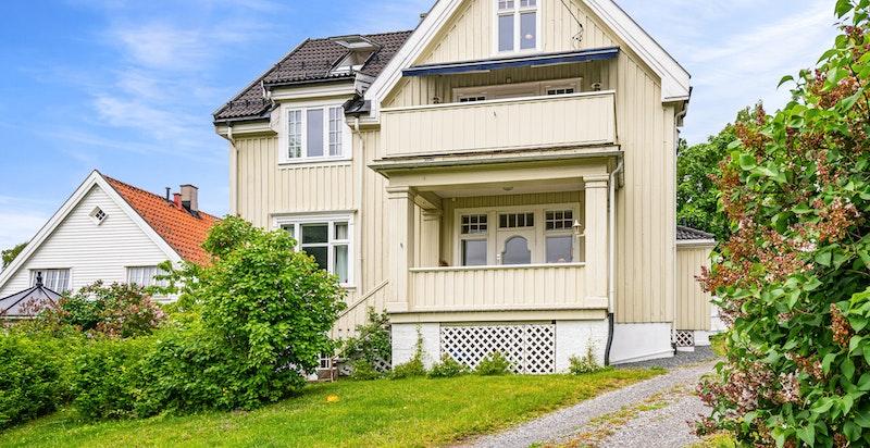 Del av horisontaldelt tomannsbolig i et hus med klassisk ærverdig arkitektur i Jugend stil. 2. etg. + loftsetasje.