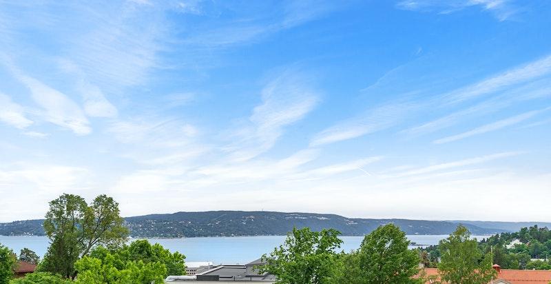Utsikt fra balkong over Oslofjorden og nærområdet