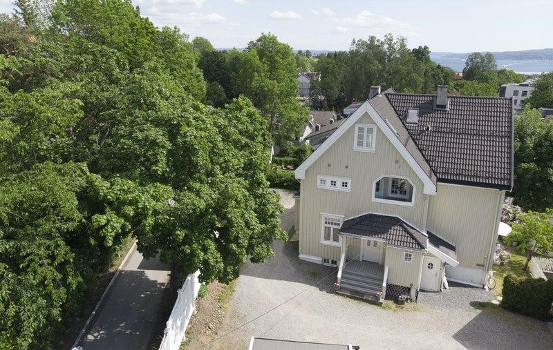 Gårdsplassen har port ut til Ørakerstien som er en kjent trygg gang og sykkelvei.