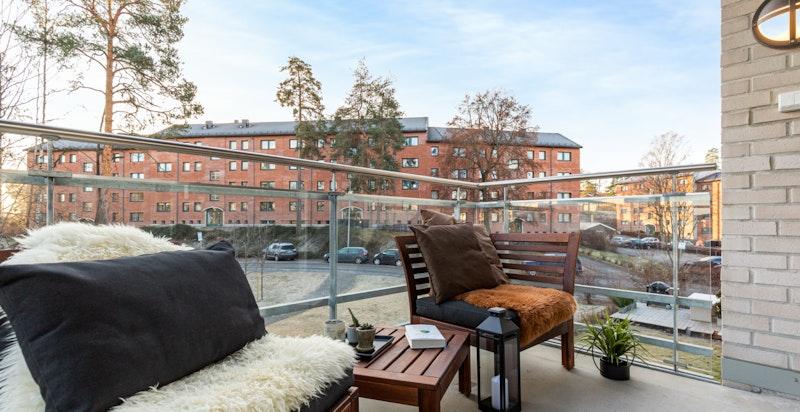 Romslig balkong med overbygg. Beliggende ut til fredelig side og grøntarealer