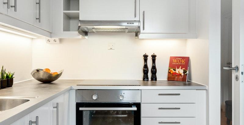 Moderne kjøkken fra Norema - god lagrings- og benkeplass