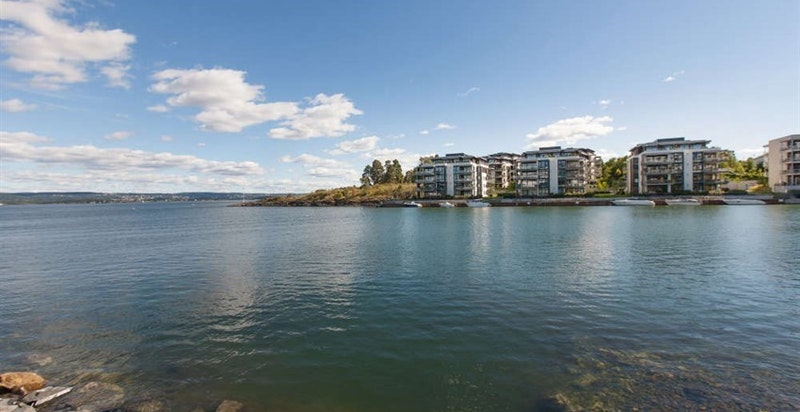 Rolfsbukta er kun kort gange fra leiligheten - idylliske omgivelser ved sjøen
