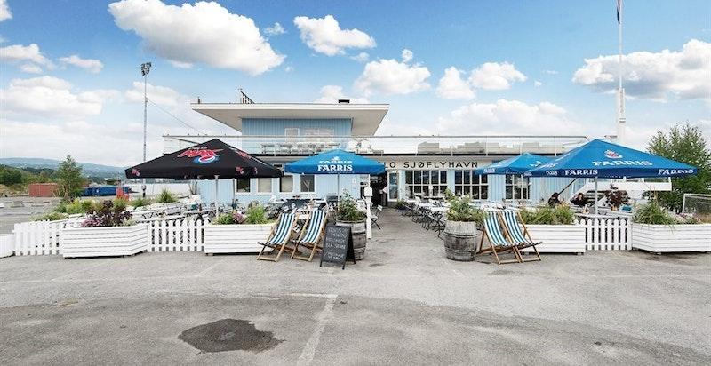 Sjøflyhavna kro er like i nærheten med servering og takterrasse