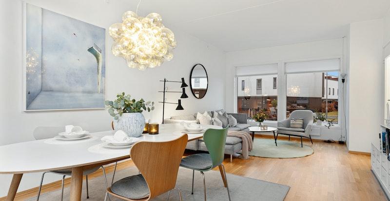 Romslig stue med god plass for spisestue og salong