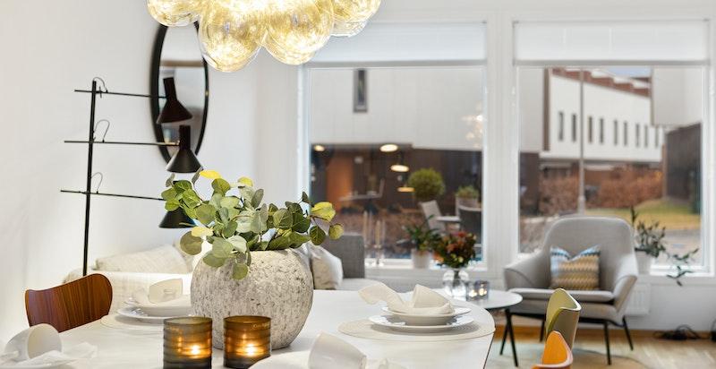 Boligen har plass for god spisestue mellom kjøkken og salong
