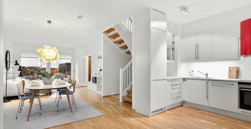 Moderne kjøkken med god lagrings- og benkeplass