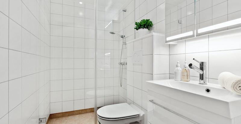 1. etg. har eget stilrent bad med dusj og klosett. Adkomst fra entrè