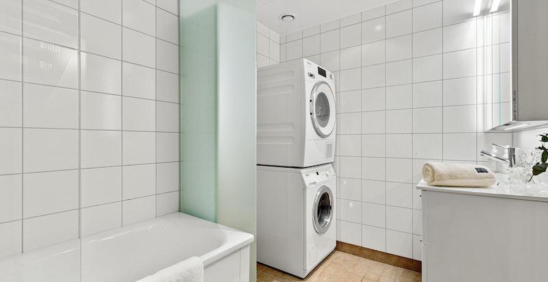 Romslig bad med badekar, klosett og opplegg for vaskemaskin og tørketrommel