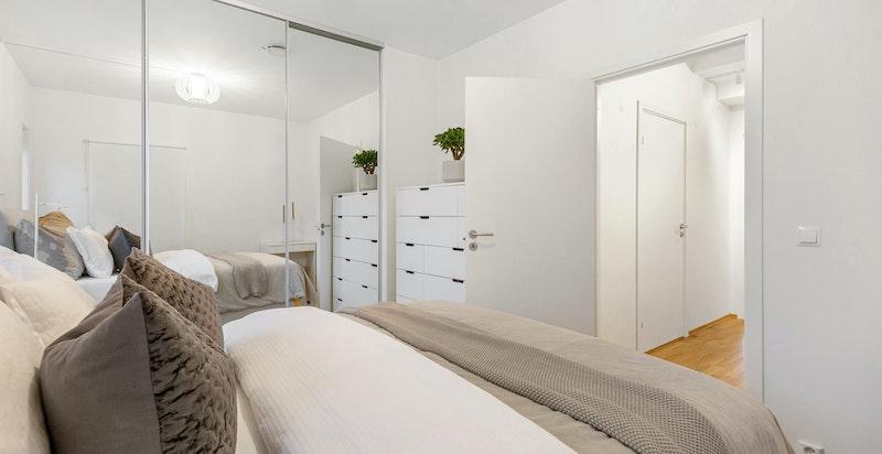 Hovedsoverom med god plass for stor seng og speil-garderobe