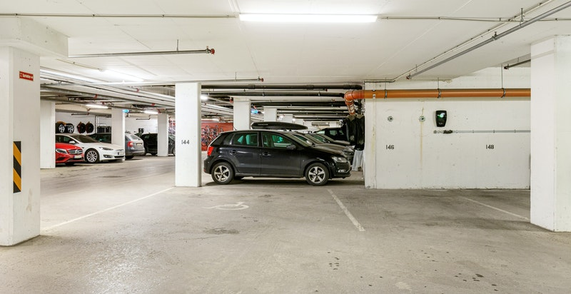 Garasjeplass i lukket felles garasjeanlegg. Det er også rikelig med gjesteplasser.