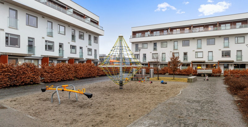 Meget barnevennlig nærområde med lekeplass på fellesområdet i passe avstand