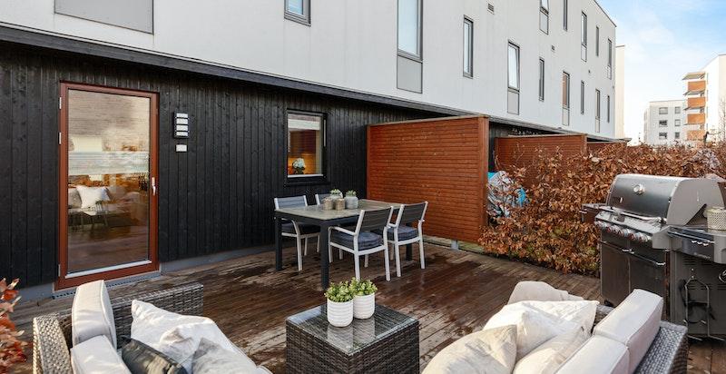 God plass for rottingsalong og spisebordmøbler på terrasseplattingen