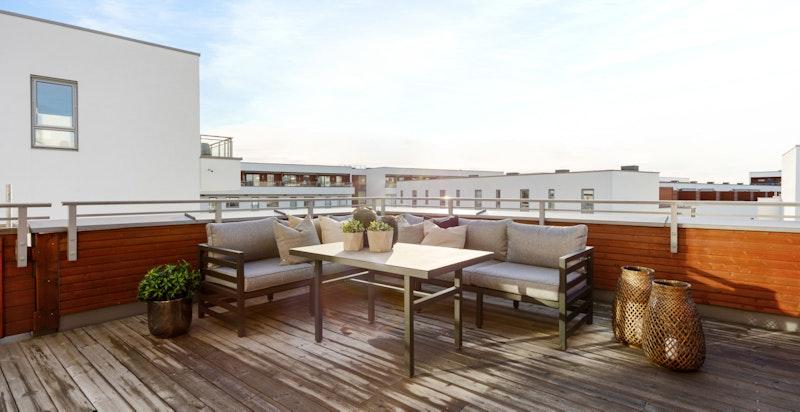 Privat takterrasse med gode solforhold. Usjenert og tilbaketrukket.