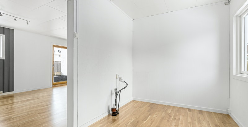 Det er ikke installert kjøkkeninnredning i boligen, hvilket gjør at man har muligheten til å designe sitt eget drømmekjøkken.