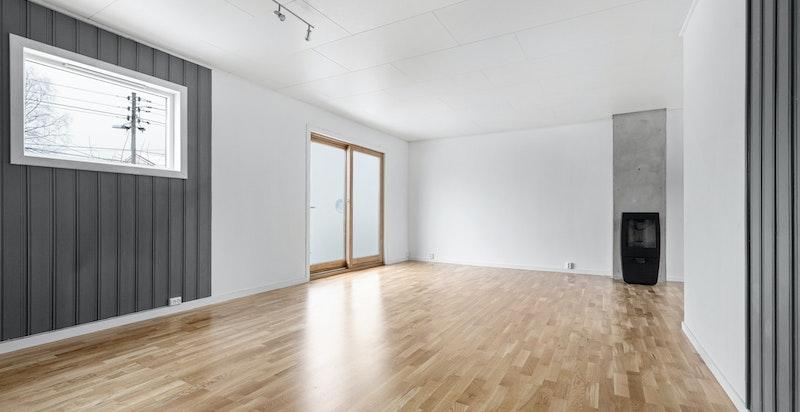 Stuen får rikelig med lys fra flere vindusflater.