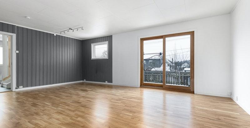 Romslig stue med god plass til sofamøblement og spisestue.