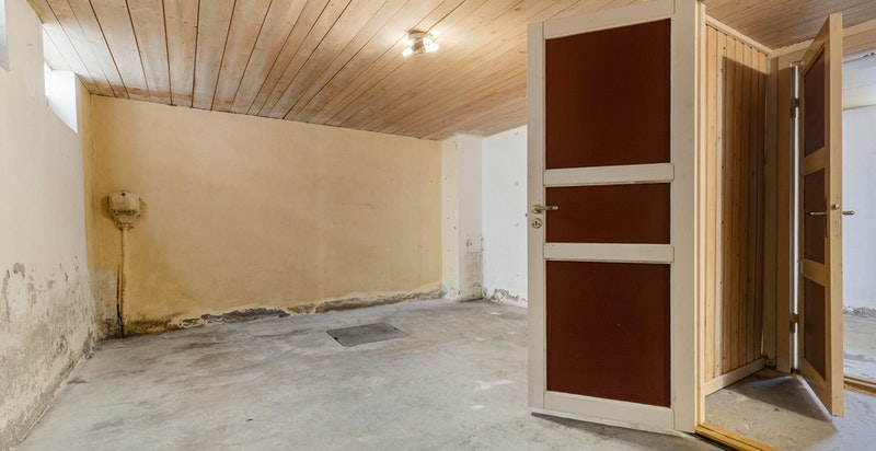 Kjelleren har flere muligheter. Tidligere eier har benyttet boden til kjellerstue.