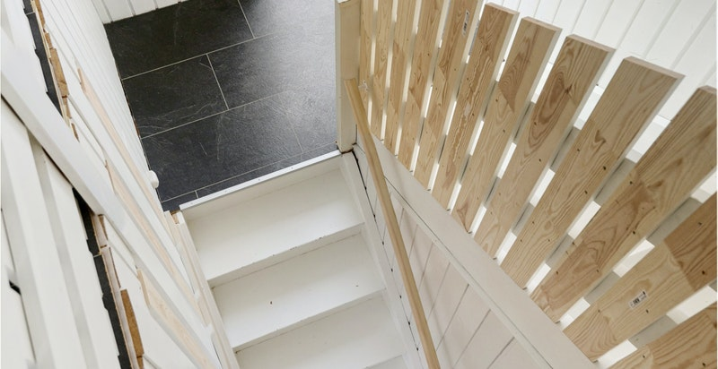 Vindu i trappen gir fine solforhold både til 1. etasje og 2. etasje.