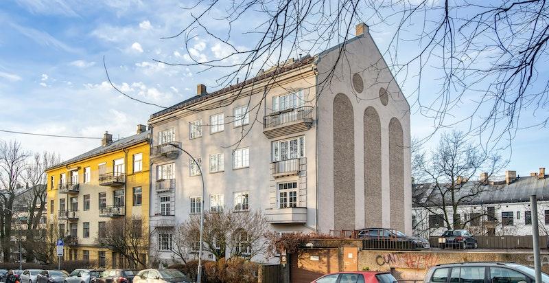 Vakker tidstypisk boliggård med luftig og flott beliggenhet i rolig gate