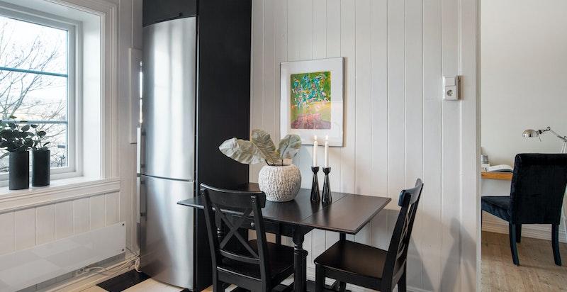Kjøkken med hyggelig frokostplass