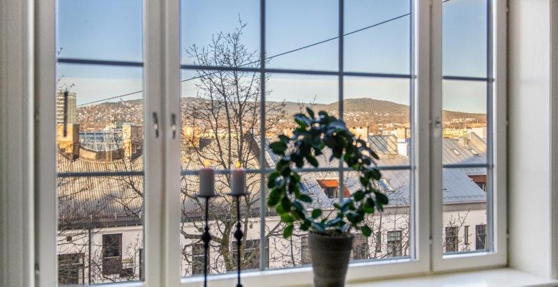 Utsikt mot Holmenkollen fra spisestue
