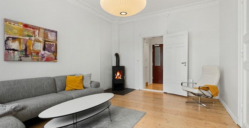 Lun og romslig stue med hele 3 meter takhøyde.