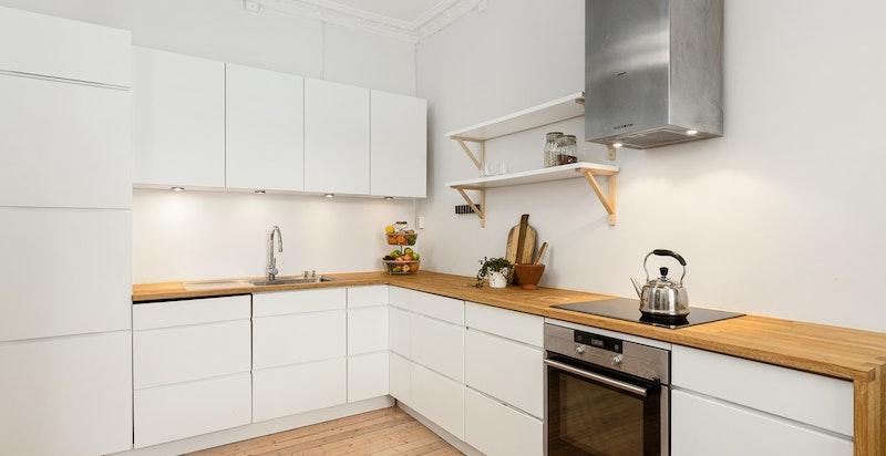 Kjøkkenet er utstyrt med oppvaskkum, ettgreps blandebatteri, benkebelysning, ventilator over koketopp og integrerte hvitevarer.