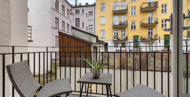 Østvendt balkong med sol frem til ettermiddag. Inngang til balkong fra soverom.