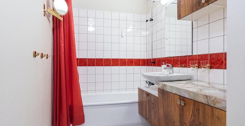 3. etasje; badet er romslig og er innredet med blant annet badekar og toalett.