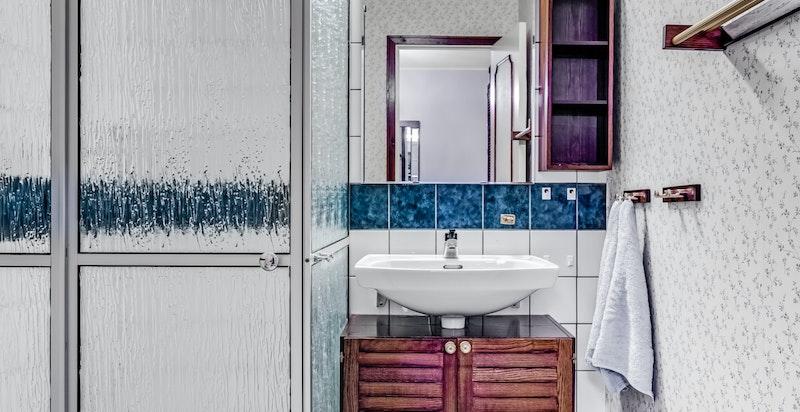 2. etasje; flislagt dusjbad/toalett med gulvvarme og eget dusjkabinett.